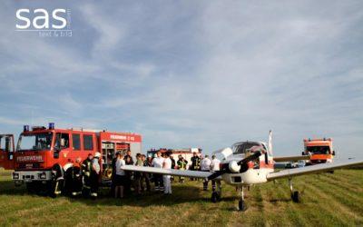 Kleinflugzeug muss im Feld notlanden